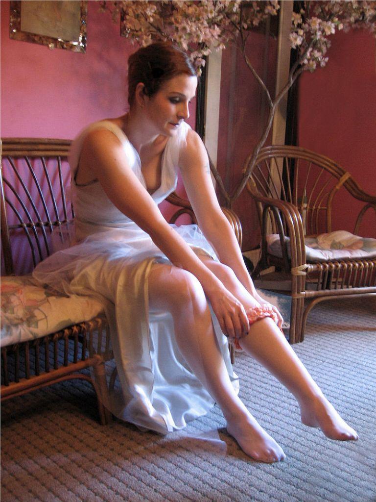bride-putting-on-a-garter